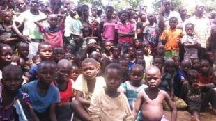 Kabeke, territoire de Manono. Lubas et Pygmées réunis pour investir le baraza, un conseil des sages composé de 7 Lubas et 7 Pygmées.