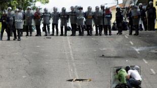 Manifestantes e forças de segurança continuam a enfrentar-se nas ruas de Venezuela