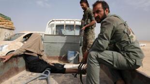 """دو تن از اعضای """"نیروهای دموکراتیک سوریه"""" یک عضو زخمی داعش را اسیر کردهاند."""