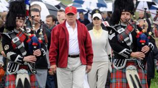 Donald Trump durante a inauguração de um campo de golfe na Escócia, em 2012