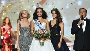 Мисс Франция-2017: 18-летняя Алисия Элиез (в центре)