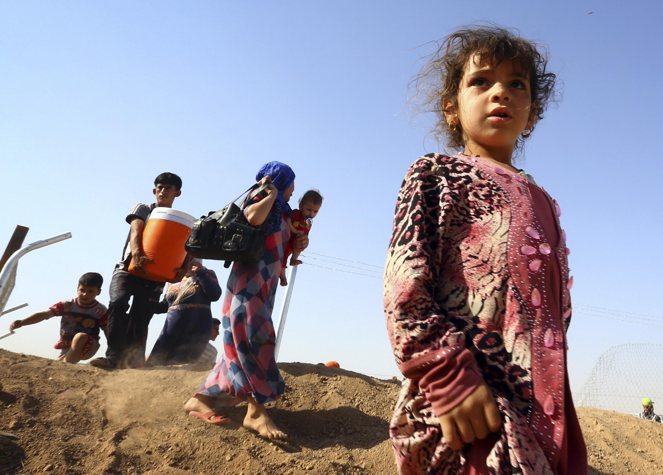 Thường dân Irak lên đường lánh nạn, bị mắc kẹt trong vùng núi Sinjar Des - REUTERS /Stringer