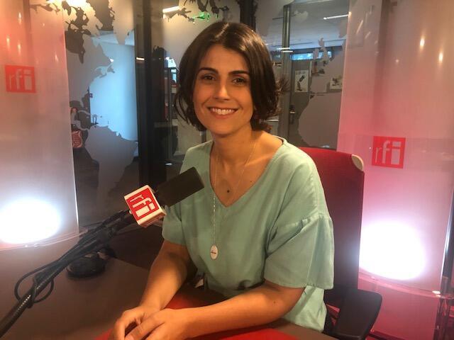 Manuela D'Ávila nos estúdios da RFI em Paris.
