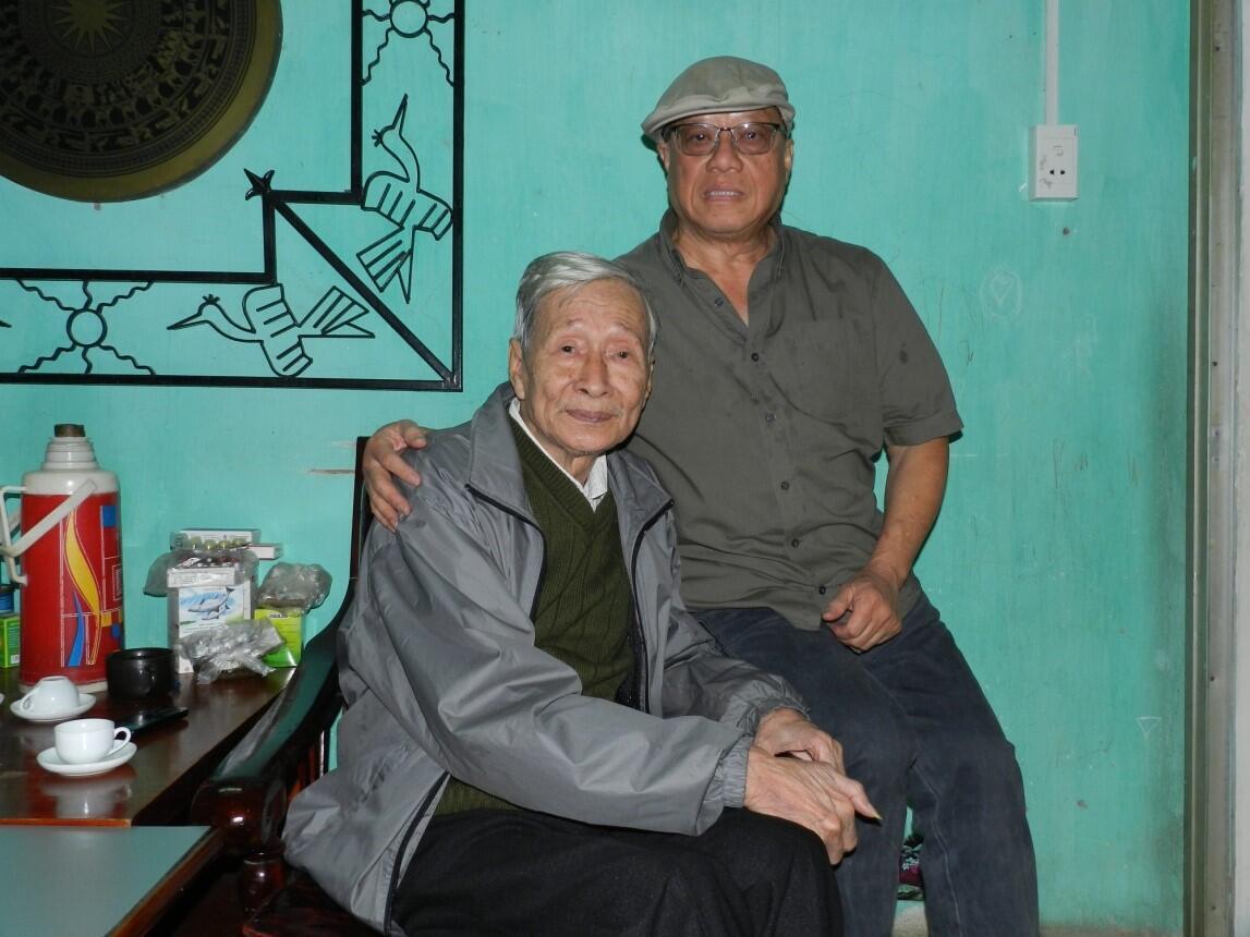 Nhà thơ Trịnh Y Thư (phải) và nhà văn Nguyễn Xuân Khánh, tác giả Chuyện Ngõ Nghèo.
