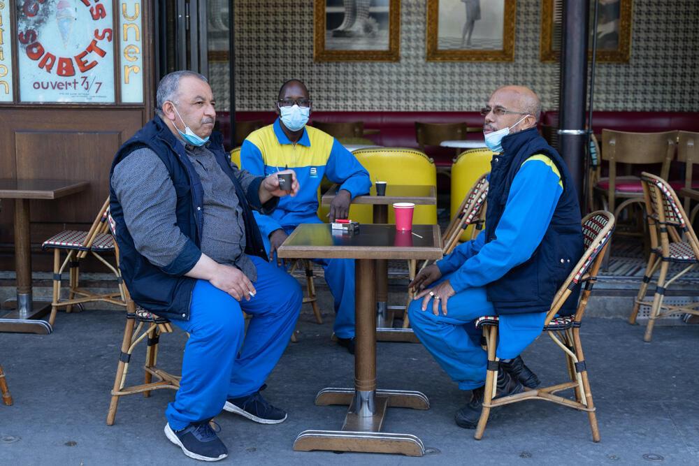 Da esquerda para a direita: Momo, Salim e Eric. Empregados do metrô, eles retomam o hábito de tomar um café antes de começar o trabalho.
