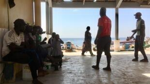 Les autorités annoncent que du carburant « pirogue » sera disponible rapidement, au port de Ouakam. Comme ailleurs, cela fait plus d'un mois que la filière pêche (pêcheurs-mareyeurs-usines de transformation) est au ralenti.