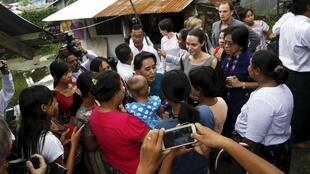 Angelina Jolie và Aung San Suu Kyi ghé thăm các xưởng dệt may ở phía bắc Rangoon - REUTERS /Soe Zeya Tun