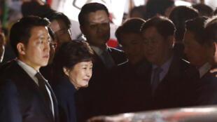 Пак Кын Хе покидает президентский дворец 12 марта 2017