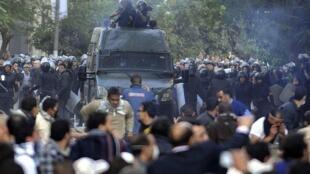 ادامه درگیری میان معترضان به دولت و نیروهای پلیس - قاهره- میدان تحریر - یکشنبه ٢٠ نوامبر