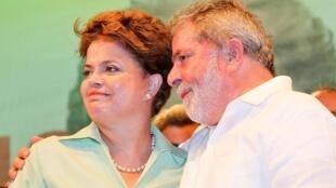 O presidente Luiz Inacio Lula da Silva junto com a candidata Dilma Rousseff em comissio no Recife