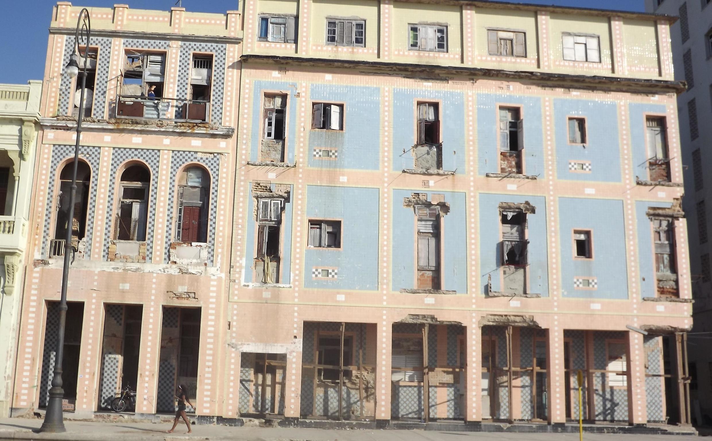 Sur le Malecon, cet ancien hôtel à la façade autrefois couverte de céramique bleue et rose devait avoir belle allure. En avril 2019, il est occupé par une vingtaine de familles en attente de relogement.