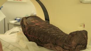 Les scientifiques se sont intéressés à la dépouille momifiée d'un très jeune garçon âgé, selon leurs estimations, de trois à quatre ans. Ils ont d'abord passé la momie de 78 cm de long et 26 cm de large au scanner afin de voir à travers les bandelettes.