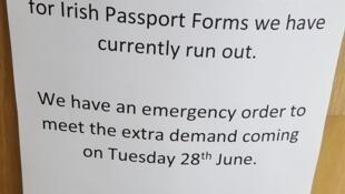 Fotografía de una oficina postal de Belfast que indica que no quedan formularios para pedir pasaportes irlandeses.