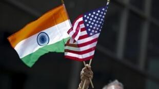 Tuần hành với hai quốc kỳ Mỹ-Ấn nhân ngày Quốc Khánh Ấn Độ, New York, 16/08/2015.