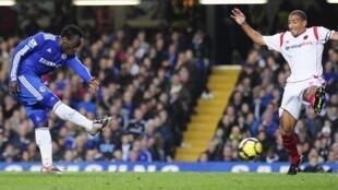 Michael Essien a armé sa frappe, Chelsea mène 3-0 contre Wolverhampton.