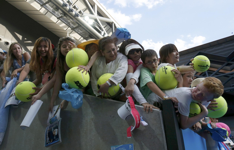 Fãs do Australian Open em busca de autógrafos