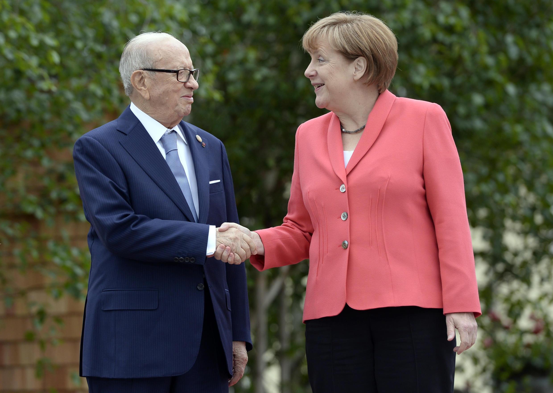 Poignée de main entre le président tunisien Beji Caïd Essebsi et la chancelière allemande Angela Merkel lors de la réunion du G7 en Allemagne, le 8 juin 2015.
