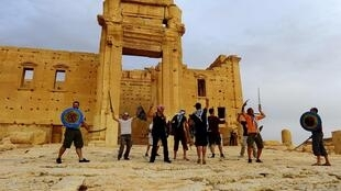 Combatentes da organização terrorista Estado Islâmico no sítio arqueológico de Palmira.