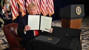 Le président américin Donald Trump signe des décrets pour étendre les aides aux Américains, lors d'une conférence de presse à Bedminster (New Jersey), le 8 août 2020.