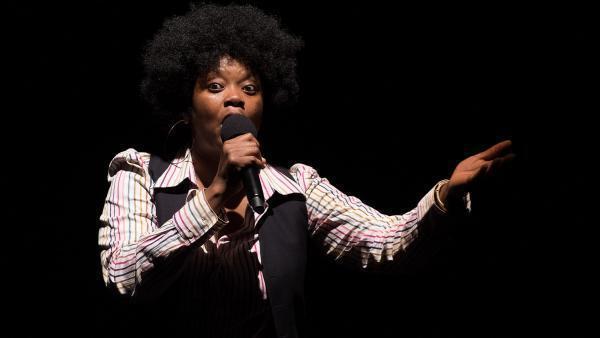 La chanteuse et comédienne Alvie Bitemo dans le spectacle « Congo Jazz Band » au festival francophone Les Zébrures d'Automne, à Limoges.