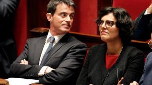 Le Premier ministre français Manuel Valls, aux côtés de sa ministre du Travail Myriam El Khomri, à l'Assemblée nationale le 10 mai 2016.