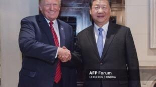 Hình tổng thống Mỹ Donald Trump (T) và chủ tịch Trung Quốc Tập Cận Bình trên một sạp báo Trung Quốc ngày 03/12/2018.