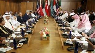 دیدار باراک اوباما، با رهبران و مقامات شش کشور عرب عضو شورای همکاری خلیج فارس در کمپ دیوید در مریلند.  پنجشنبه، ١٤ مه/ ٢٤ اردیبهشت،