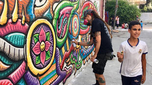 Une dizaine d'artistes palestiniens et étrangers ont décidé de faire de Balata à Naplouse, le plus grand camp de réfugiés de Cisjordanie, une scène de 'street art' (art urbain).