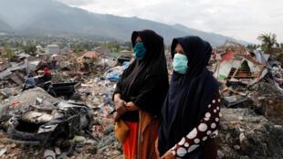 Buscas por desaparecidos no terremoto seguido por um tsunami, que atingiu a ilha de Sulawesi no final de setembro, deixando cerca de 2.000 mortos.