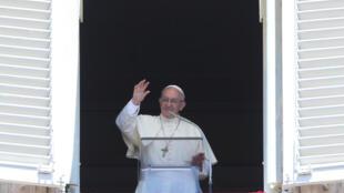 Папа Римский Франциск во время традиционной воскресной молитвы 30 июня 2017 г.
