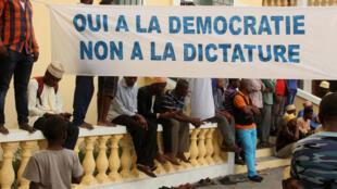 Des manifestants s'opposent au référendum de la Constitution.