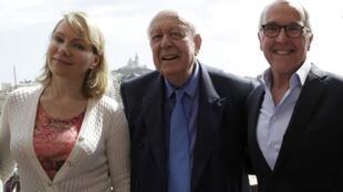 Le maire de Marseille, Jean-Claude Gaudin, entouré de la future ancienne actionnaire majoritaire de l'OM, Margarita Louis-Dreyfus, et du futur repreneur, Franck McCourt, le 29 août dans la cité phocéenne.