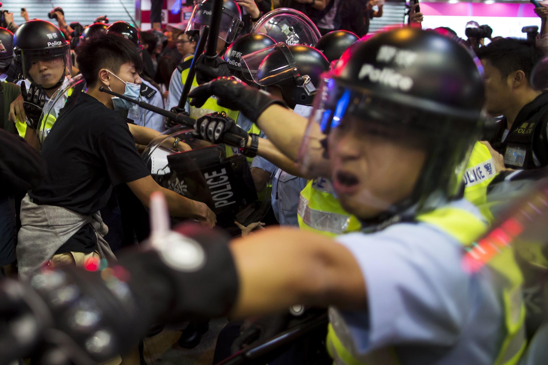 Confrontos ocorreram em Mong Kok entre estudantes e a polícia de choque de Hong Kong.