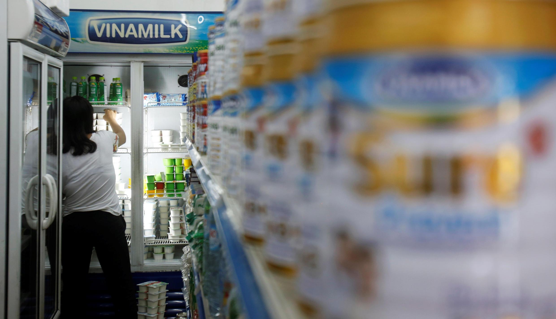"""Do nợ công tăng nhanh, chính phủ Việt Nam buộc phải """"thoái vốn"""" các tập đoàn Nhà nước như Vinamilk."""