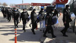 روز چهارشنبه ۷ آوریل/۱٨ فروردین، در پایان دادگاه ۴٩۷ مظنون به شرکت در کودتا که در آنکارا برگزار گردید، ۲۲ ارتشی سابق به حبس ابد محکوم شدند. اتهام این افراد تلاش برای سرنگونی نظام عنوان شده است. آنان همچنین متهم هستند که در روزهای کودتا – ۱۵ و ۱۶ ژوئیه – به رادیو تلویزیون دولتی ترکیه (TRT) هجوم برده و خبرنگاران را مجبور به پخش اعلامیۀ کودتاگران کردهاند.