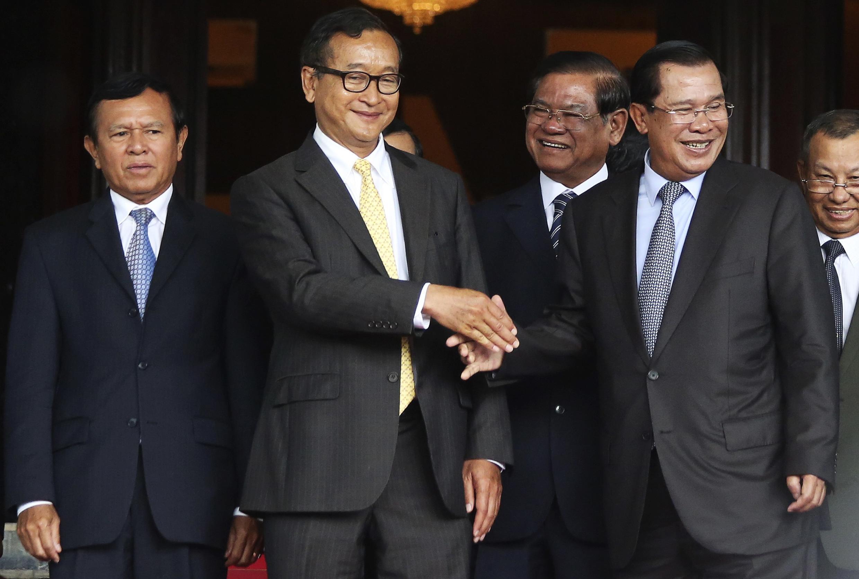 Thủ tướng Hun Sen (P) bắt tay với  lãnh đạo đối lập Sam Rainsy trong cuộc gặp ở Phnom Penh, ngày 22/07/2014.