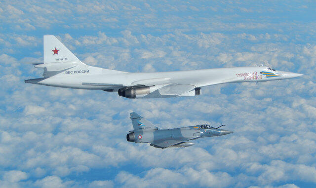 Ảnh minh họa : Một oanh tạc cơ Nga, Tu-160 bị chiến đấu cơ Mirage Pháp bám sát khi bay trên bờ biển Pháp. Ảnh Không quân Pháp công bố ngày 9/02/2017.