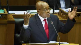 Jacob Zuma perante o Parlamento na cidade do Cabo em 2016, quando este ano enfrenta protestos no mesmo ^rmanifestaç