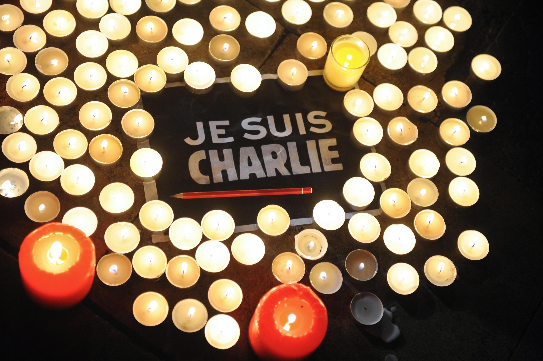 Velas alrededor de un cartel de apoyo a Charlie Hebdo en un homenaje en La Rochelle, Francia, el 7 de enero de 2015