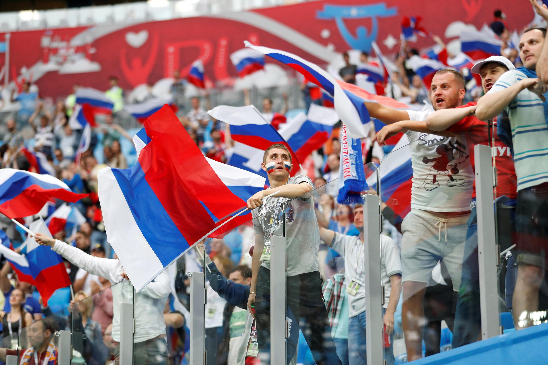 Torcedores russos celebram vitória de 2 a 0 contra a Nova Zelândia no jogo de abertura das Copa das Confederações.
