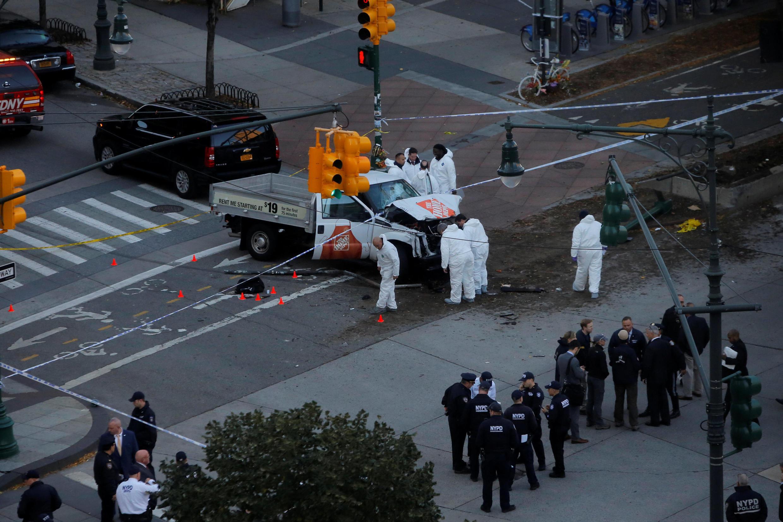 Cảnh sát giám định chiếc xe tải nhẹ do nghi phạm thuê để tấn công khủng bố tại New York ngày 31/10/2017.