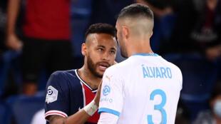 Altercation entre l'attaquant brésilien du Paris Saint-Germain Neymar et le défenseur espagnol de Marseille Alvaro Gonzalez lors du match de Ligue 1 du 13 septembre 2020.