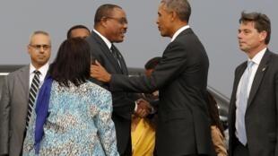 A son arrivée en Ethiopie, le 26 juillet 2015, le président américain Barack Obama (à droite) a été accueilli par le Premier ministre Hailemariam Desalegn et sa femme (à gauche).