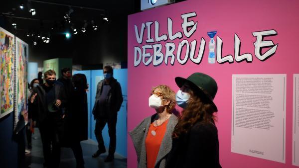 Visiteurs dans l'exposition « Kinshasa Chroniques » à la Cité d'architecture et du patrimoine, à Paris.