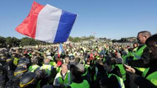 Blocage de l'autoroute dans la région d'Antibes (Alpes-Maritimes) par les «gilets jaunes», samedi 17 novembre.