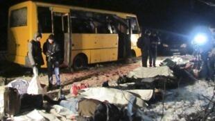 Chiếc xe buýt bị trúng đạn ở trạm kiểm soát Bougas, gần Volnovakha, đông Ukraina, làm 12 người thiệt mạng