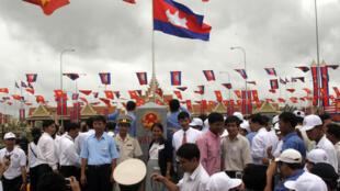 Người dân hai bên biên giới Việt Nam- Cam Bốt mừng sự kiện cột mốc biên giới chính thức đầu tiên, ngày 27/09/2006.