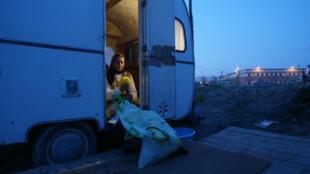 Une femme dans le camp de Roms de Lieusaint, peu avant son évacuation, en 2003.