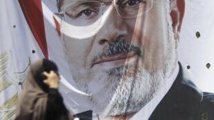 Imagem gigante nas ruas do Cairo mostra o presidente deposto Mohamed Mursi.