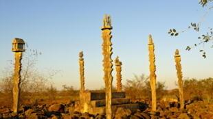 Un cimetière traditionnel à Madagascar, près de Toliara.